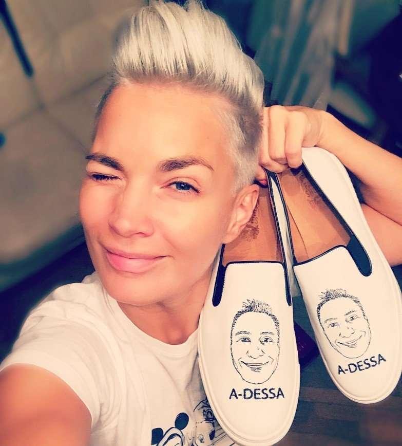 Стасу Костюшкину подарили обувь с его портретом