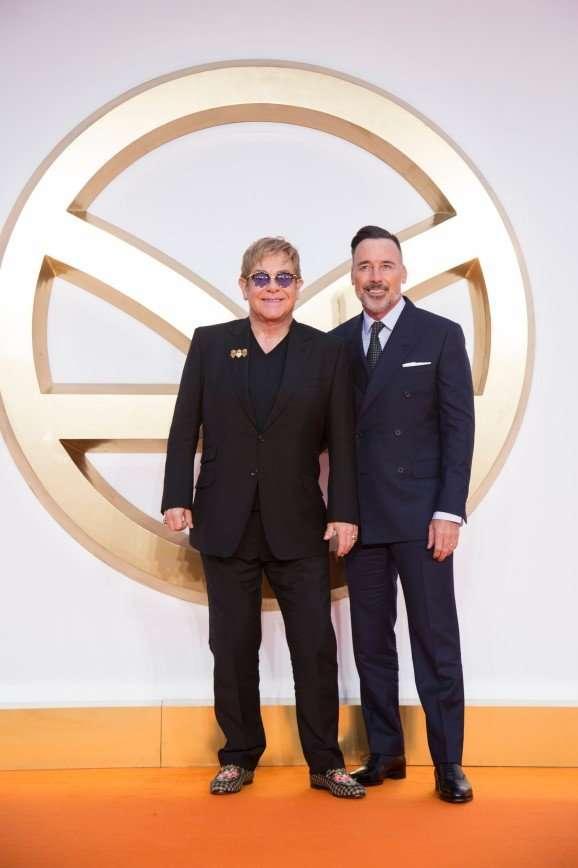 «Бабуля-кошатница с сыном»: Элтон Джон с мужем на премьере «Kingsman: Золотое кольцо»