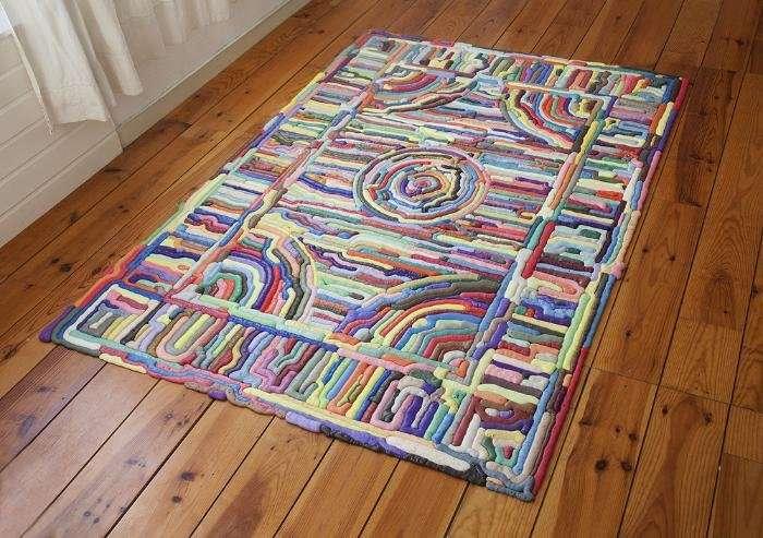 Восточные мотивы и яркие краски с ковром