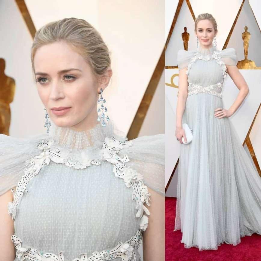 «Сама нежность»: образ Эмили Блант на премии «Оскар» сравнили с королевским стилем