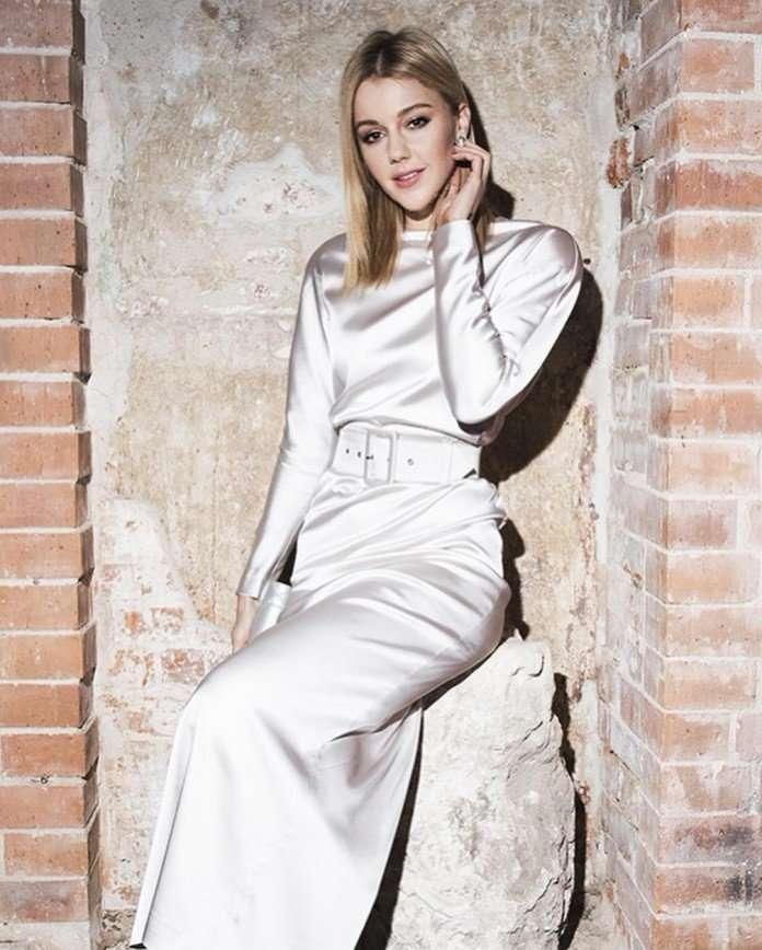 Юлианна Караулова в серебряном платье принцессы пришла на выставку