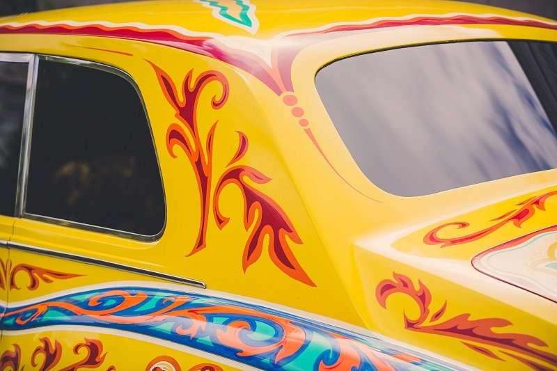 Кровать и психоделический цвет: шикарнее авто Джона Леннона просто не найти